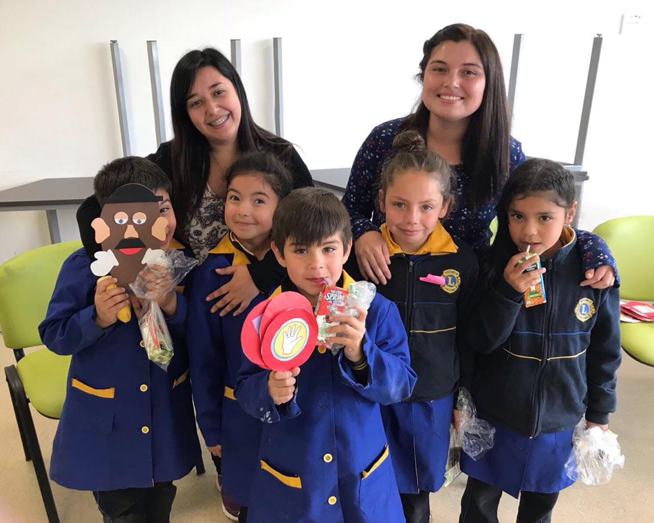 Alumnas de Educación Parvularia enseñan inglés a niños