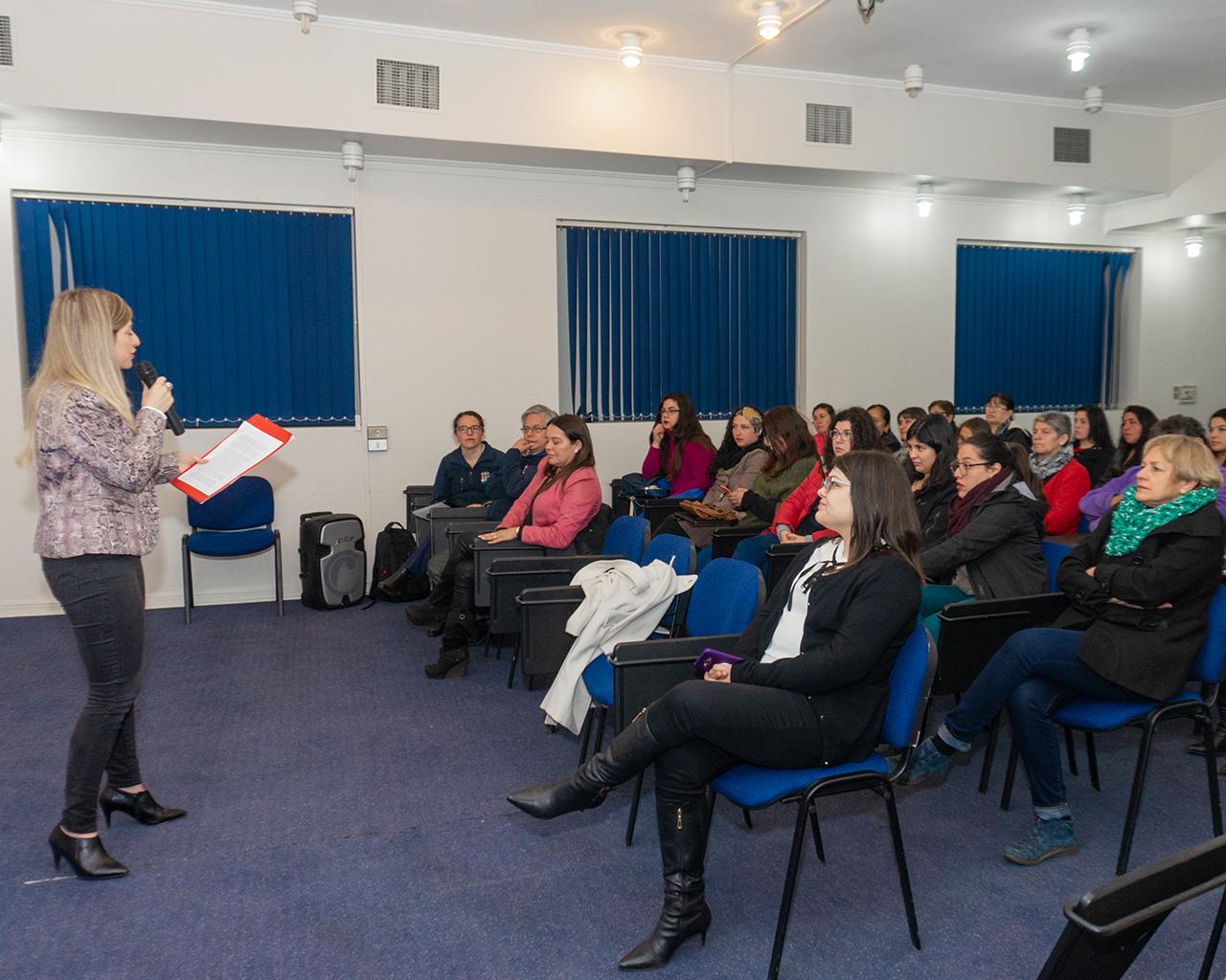Estudiantes asesoran a mujeres emprendedoras
