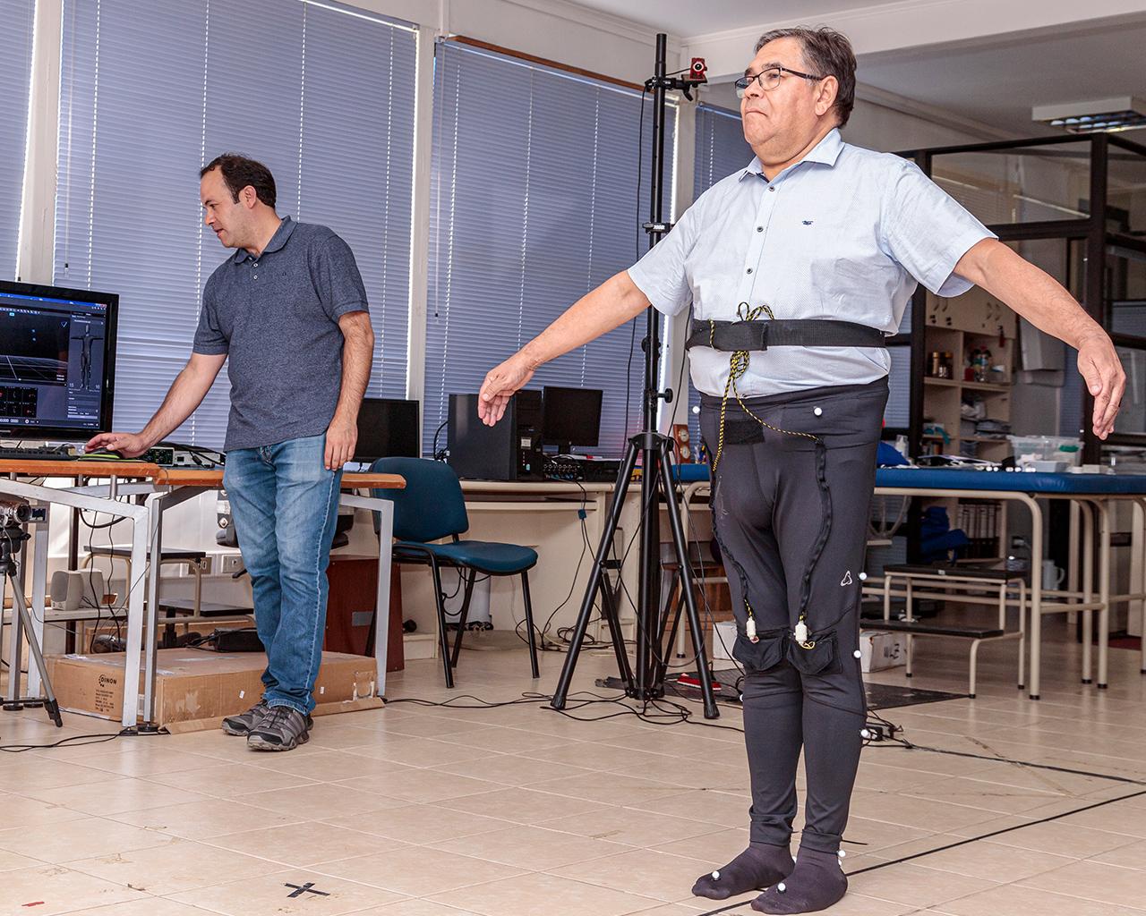 """Equipo multidisciplinario crea """"calza inteligente"""" que mejora musculatura en adultos mayores"""