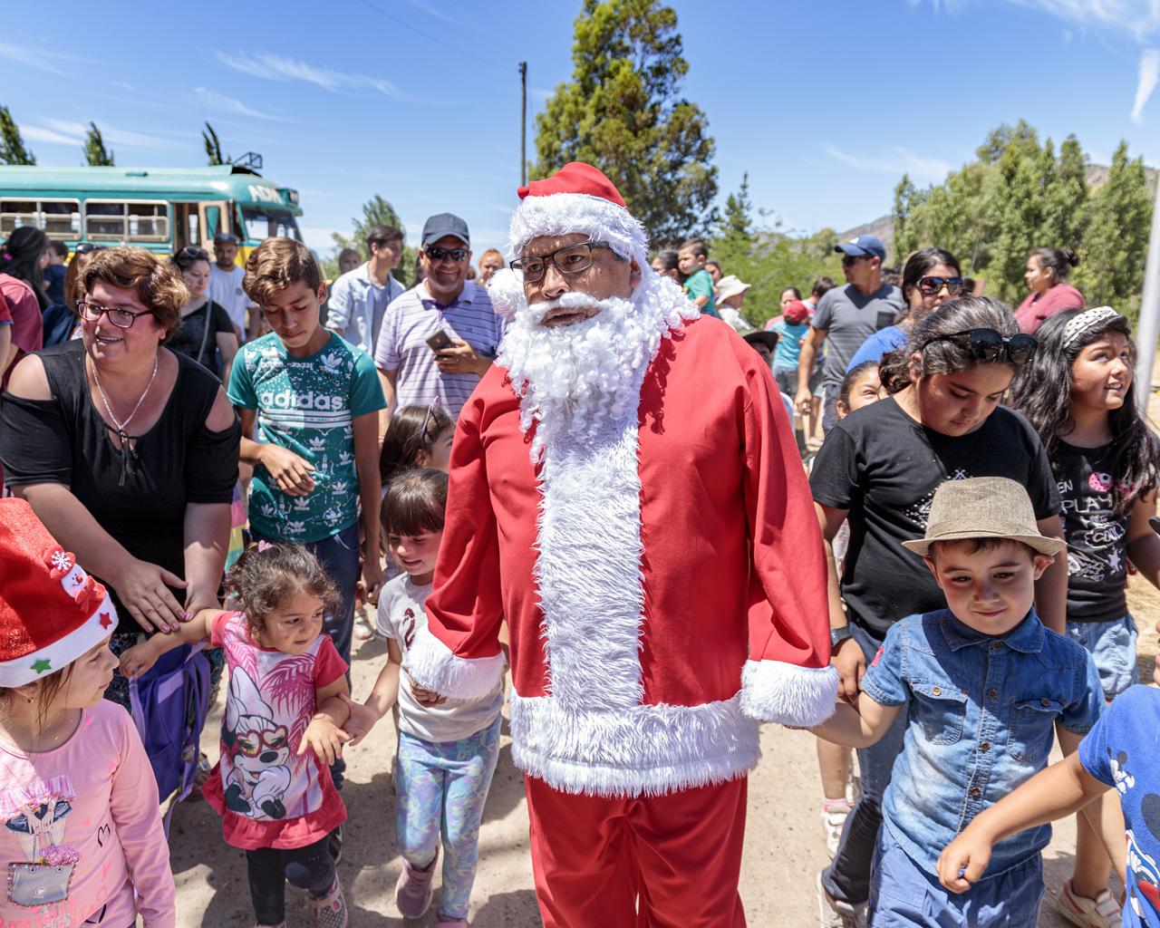 Tren de Navidad llevó alegría a los niños del último ramal de Chile