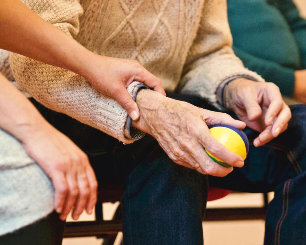 Convocan a participar de campaña en ayuda de adultos mayores
