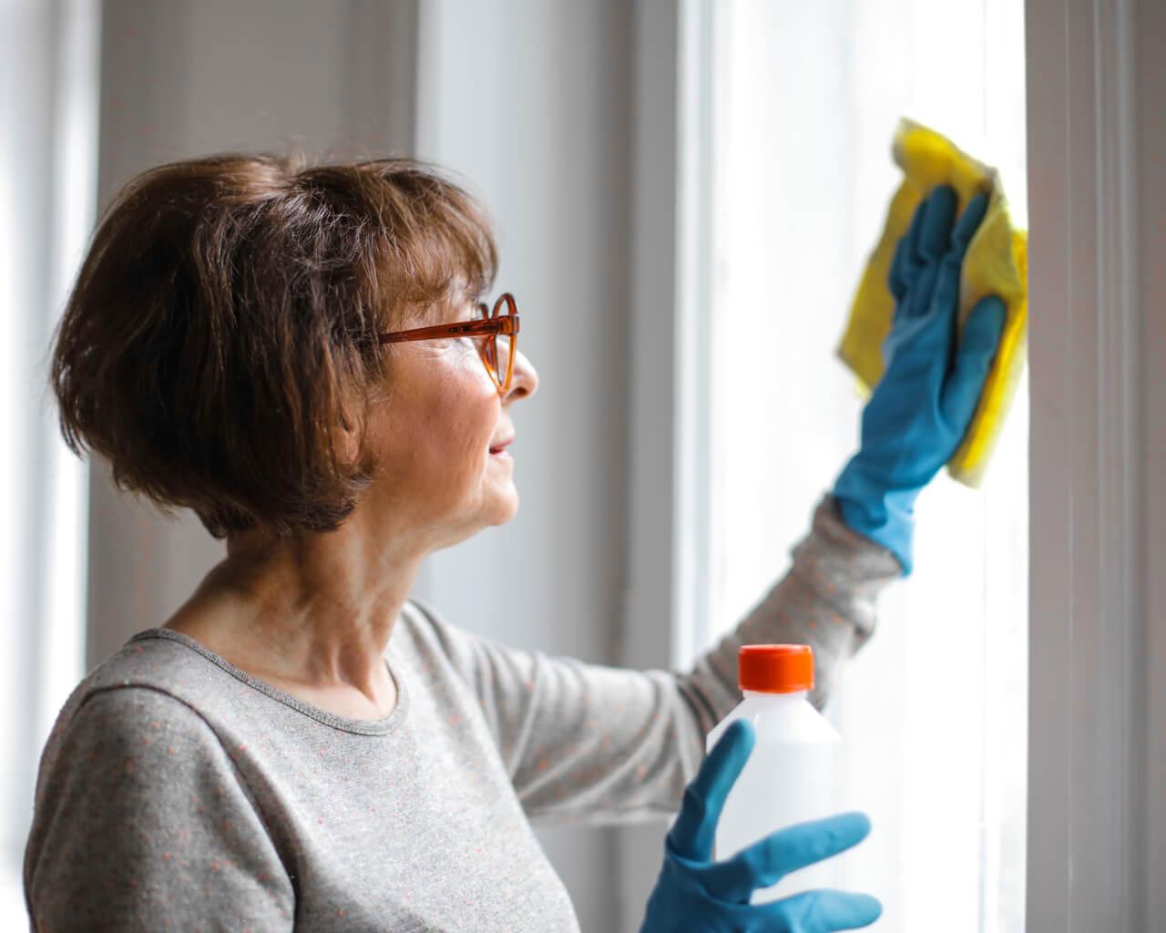 Explican la manera adecuada de desinfectar el hogar