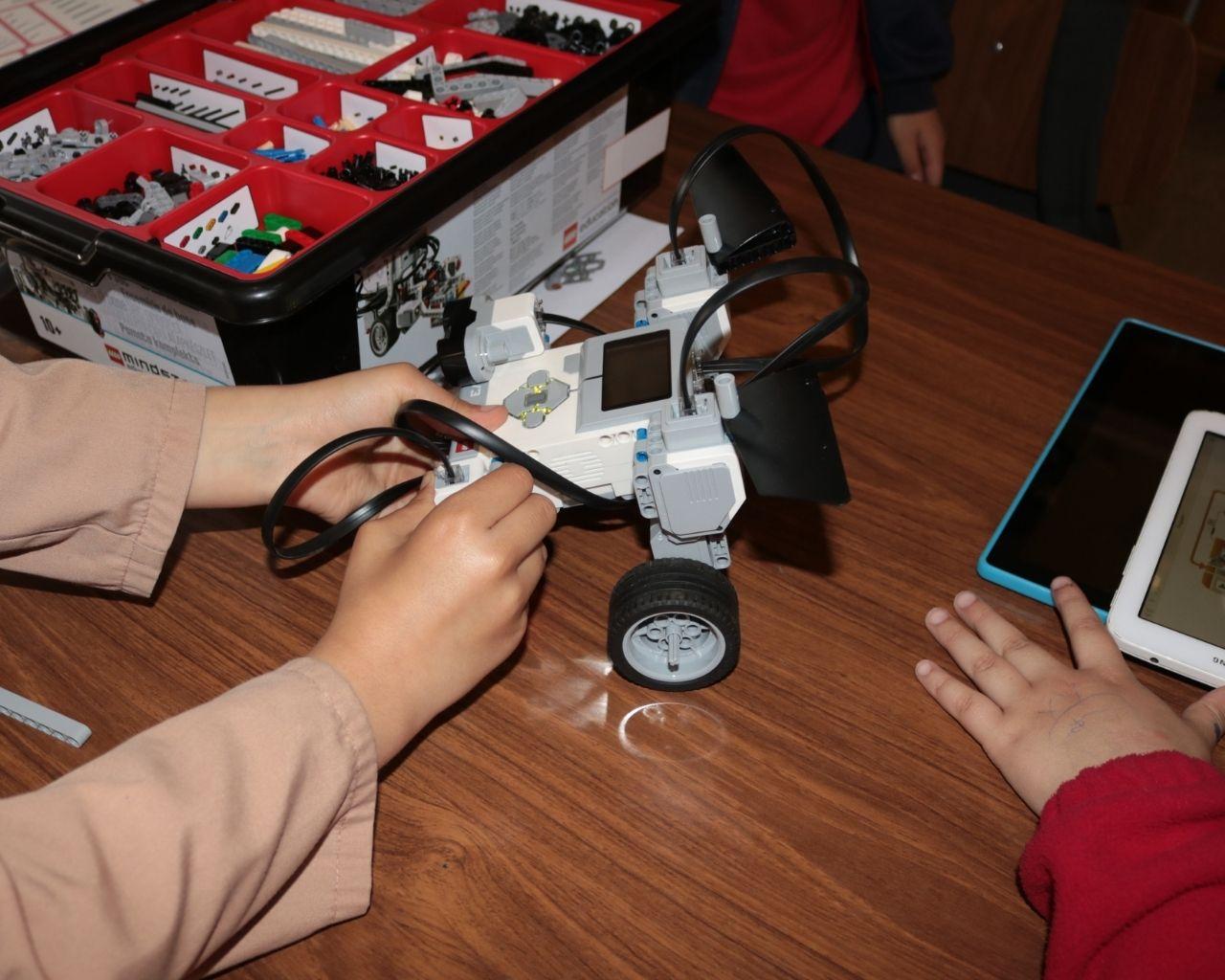 Enseñan robótica a niños de colegio rural de Teno