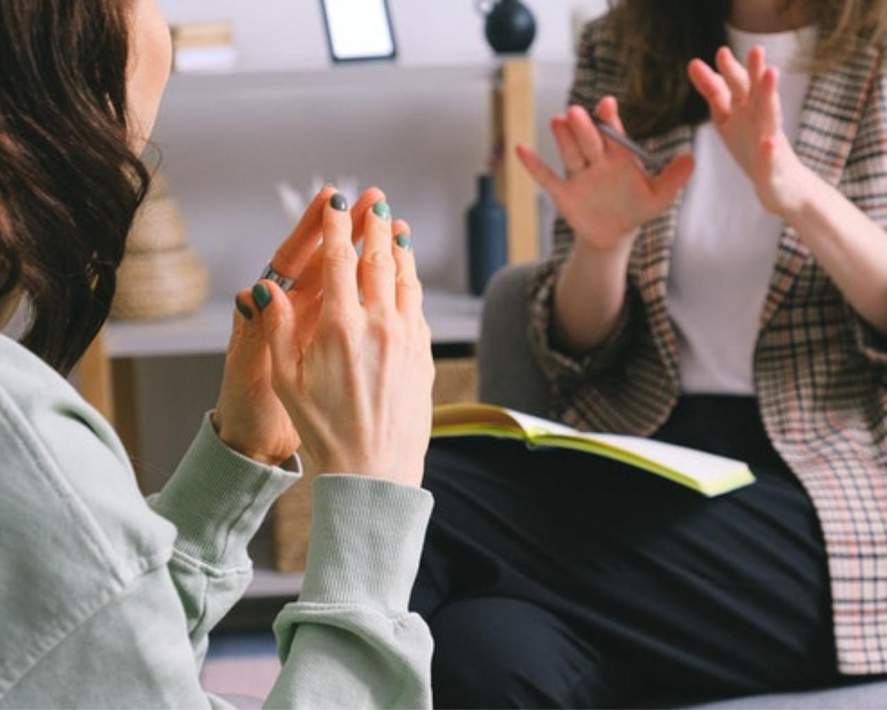 Universidad renueva convenio para brindar atención en salud mental a profesionales del Sernameg